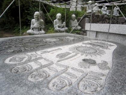 三輪山平等寺の仏足石