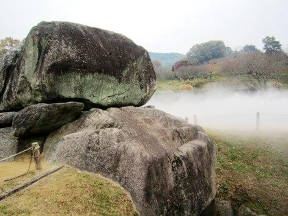 霧に包まれる石舞台古墳