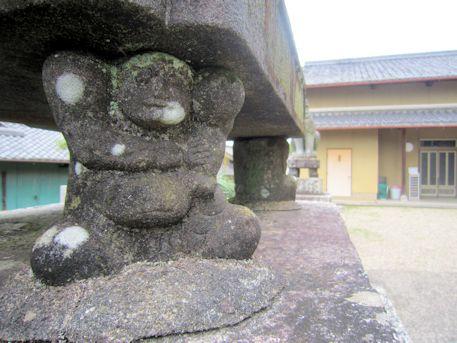 十二柱神社の力士像