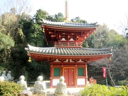 三輪山平等寺の二重塔 十六羅漢像