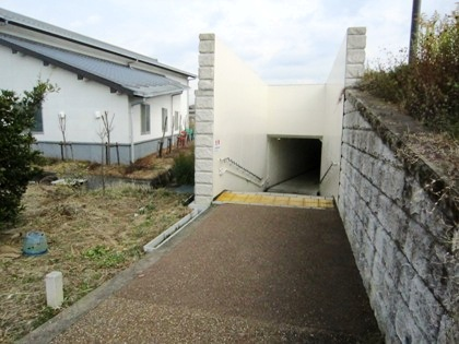 亀石へ続く地下道