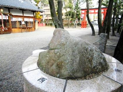 蛙石 かえる石 率川神社