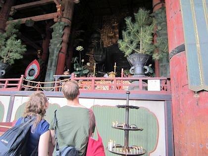 外国人観光客と東大寺大仏