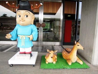 奈良県庁玄関前のせんとくんと鹿
