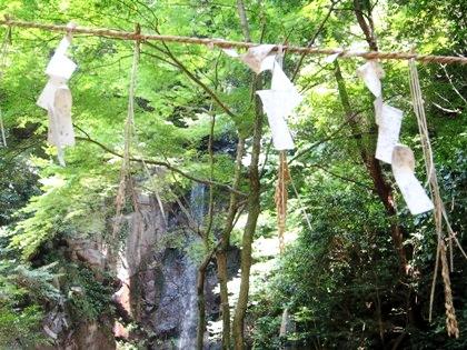 桃尾の滝の紙垂と注連縄