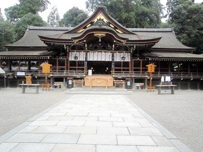 大神神社拝殿 大神神社拝殿。 拝殿の後方は緑のままのようです。 時期がずれれば紅葉も... 奈良
