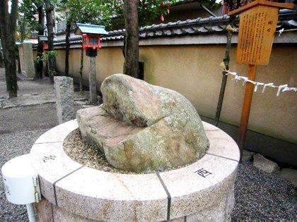 率川神社の蛙石