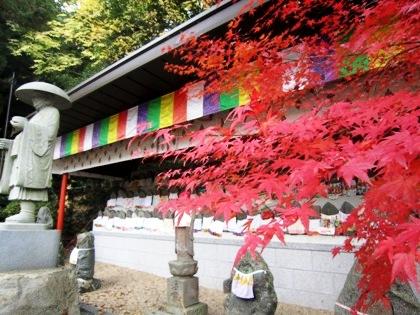 弘法大師像と紅葉