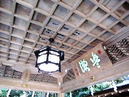大神神社の手水舎 格天井