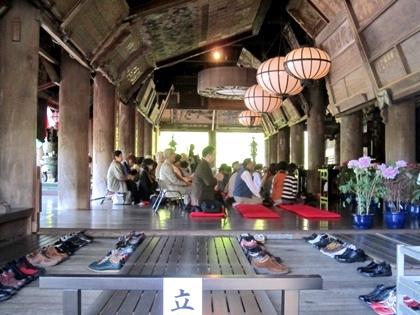 長谷寺礼堂の法要風景