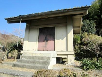 石位寺の収蔵庫 忍坂街道