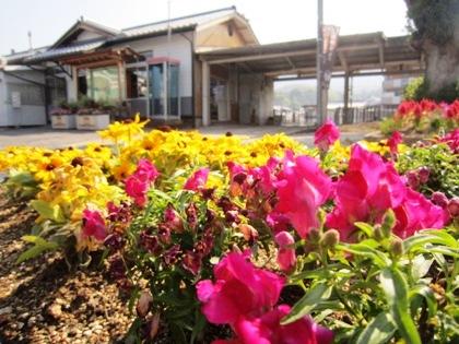 JR三輪駅前の花壇