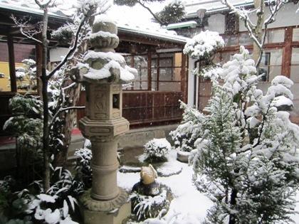 雪の積もる中庭
