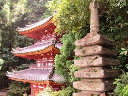 松尾寺の三重塔 十三重石塔