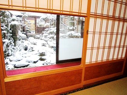 客室 雪見障子 中庭