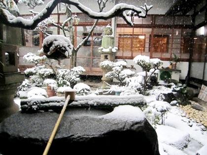 中庭のつくばい 雪の降り積もる中庭