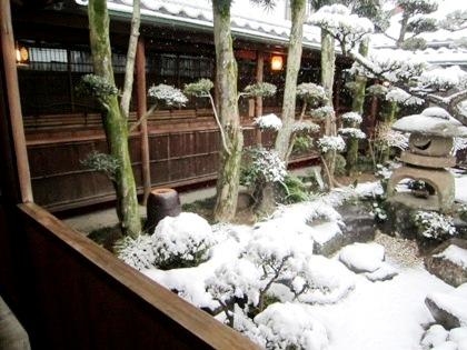 雪の降り積もる中庭 渡り廊下