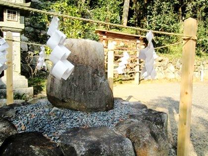 誕生石 玉列神社
