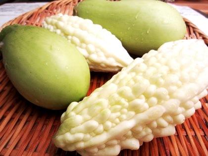 緑色のナス 白いゴーヤ